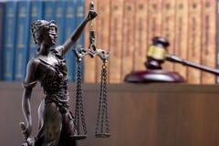Legalny prawa pojęcie - Otwarta prawo książka z drewnianym sędziego młoteczkiem na stole w egzekwowania prawa biurze lub sala sąd Obraz Royalty Free