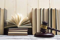 Legalny prawa pojęcie - Otwarta prawo książka z drewnianym sędziego młoteczkiem na stole w egzekwowania prawa biurze lub sala sąd Zdjęcie Stock