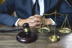 Legalny prawo, pojęcie, męski drewniany, prawnik lub notariusz pracuje na, rady i sprawiedliwości, dokumenty i raport znacząco sk zdjęcie stock