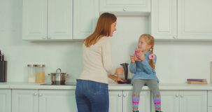 Legame allegro della figlia e della mummia nella cucina archivi video