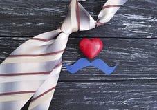 Legame, cuore, annata di carta di idea dei baffi della tavola, vecchio fondo di legno nero Fotografia Stock Libera da Diritti