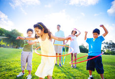 Legame della famiglia nel parco immagini stock libere da diritti