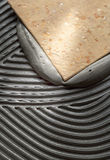 Installazione delle piastrelle per pavimento Immagine Stock Libera da Diritti