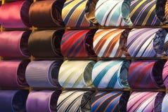 Legame di seta di colori differenti sul banco di mostra Immagini Stock