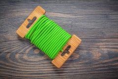 Legame di torsione molle verde sul concetto di agricoltura del bordo di legno Fotografia Stock Libera da Diritti