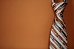 Legame sui precedenti arancioni sporchi Fotografia Stock