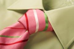 Legame verde di colore rosa della camicia fotografia stock libera da diritti