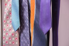 Legami del ` s degli uomini bei nei colori differenti immagini stock libere da diritti