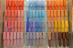 Legami variopinti immagazzinati, affare dei vestiti degli uomini, stile classico Immagini Stock