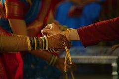 Legando il nodo di nozze a disposizione dello sposo Rituale indù di matrimonio fotografia stock