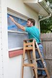 Legare il vetro con un nastro di finestra fotografie stock libere da diritti