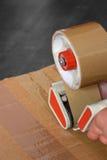 Legare l'erogatore con un nastro del nastro della scatola Immagini Stock Libere da Diritti