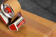 Legare l'erogatore con un nastro del nastro della scatola Immagine Stock Libera da Diritti