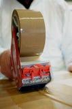 Legare scatola con un nastro E Immagini Stock Libere da Diritti