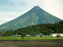 Legaspi-Flughafen mit Montierung Mayon Stockfotografie