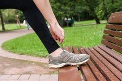Legatura dei laccetti sugli sport delle scarpe da tennis Fotografie Stock
