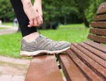 Legatura dei laccetti sugli sport delle scarpe da tennis Fotografia Stock Libera da Diritti