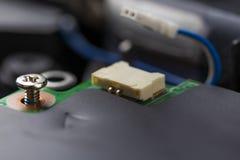 Legatura del bullone del metallo Connettore e cavo del computer sull'unit? di elaborazione fotografia stock libera da diritti
