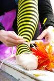 Legatura delle scarpe di balletto Fotografie Stock