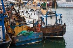 Legden de goed gebruikte en versleten treilers in de bezige vissershaven van Kilkeel in Provincie Dow Ireland vast Stock Foto