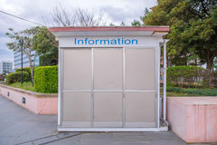 Lege aanplakbord of informatieraad in stadspark Stock Afbeelding