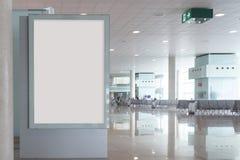 Lege aanplakbordspot omhoog in een luchthaven Stock Foto's