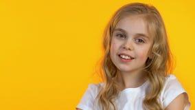 Lege achtergrond bekijken en meisje die, kinderengoedkeuring duim-omhoog tonen stock videobeelden