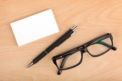 Lege adreskaartjes met pen en glazen Royalty-vrije Stock Fotografie