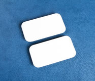 Lege adreskaartjes met rond gemaakte hoeken op een blauwe leerachtergrond Stock Fotografie