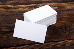 Lege adreskaartjes op de houten lijst Malplaatje voor identiteitskaart Hoogste mening Stock Foto