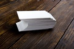 Lege adreskaartjes op de houten lijst Malplaatje voor identiteitskaart Hoogste mening Stock Afbeeldingen