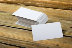 Lege adreskaartjes op de houten lijst Malplaatje voor identiteitskaart Hoogste mening Bureau tabl Royalty-vrije Stock Foto's