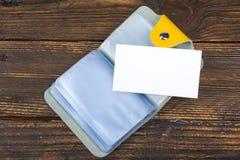 Lege adreskaartjes op de houten lijst Malplaatje voor identiteitskaart Hoogste mening De houder van het Adreskaartje Stock Foto's