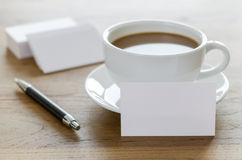 Lege adreskaartjes, pen en kop van koffie op houten lijst Royalty-vrije Stock Fotografie