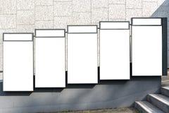 Lege advertentie ruimtedietekens op een bakstenen muur worden geïsoleerd in s wordt geïsoleerd royalty-vrije stock foto's