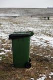 Lege advertentie ruimtevuilnisbak die zich op een picknickgebied bevinden in de Winter stock afbeeldingen