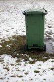 Lege advertentie ruimtevuilnisbak die zich op een picknickgebied bevinden in de Winter stock foto's