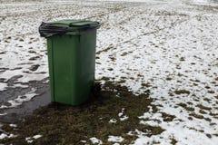 Lege advertentie ruimtevuilnisbak die zich op een picknickgebied bevinden in de Winter stock afbeelding