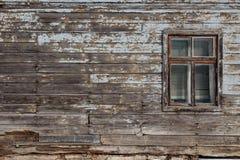 Lege advertentieruimte op een houten oude muur in de straat buiten stock foto