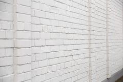 Lege advertentieruimte op een witte bakstenen muur in de straat buiten stock afbeelding