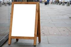 Lege advertentieruimte op houten tribune in de straat stock foto's