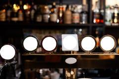 Lege advertentiespot op kader op de vage achtergrond van de bar - Lege ruimte voor reclame royalty-vrije stock foto's