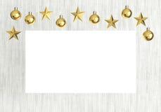 Lege affiche met het hangen van gouden ballen en sterrenornamenten op witte houten achtergrond royalty-vrije illustratie