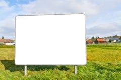 Lege affiche op een weide stock afbeelding