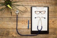 Lege artsenwerkplaats met een stethoscoop hierboven mening van Royalty-vrije Stock Afbeeldingen
