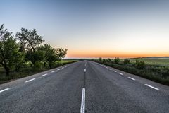 Lege asfaltweg bij zonsondergang royalty-vrije stock foto's