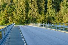 lege asfaltweg in het platteland in de zomer - de wijnoogst ziet eruit Stock Afbeeldingen