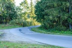 lege asfaltweg in het platteland in de zomer - de wijnoogst ziet eruit Stock Foto's