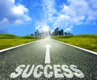 Lege asfaltweg naar een stad die succes symboliseren Stock Afbeelding