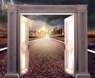 Lege asfaltweg naar een stad in onweer met geopende deur Royalty-vrije Stock Afbeeldingen